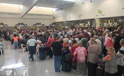 Cientos de personas colapsan el aeropuerto de Menorca tras la quiebra de Thomas Cook