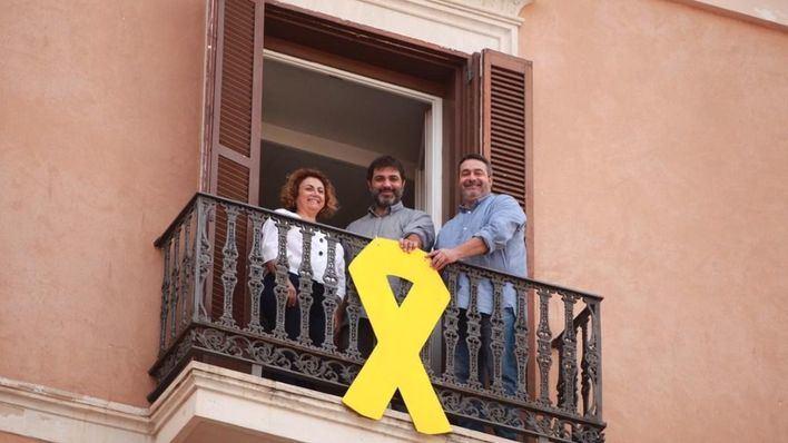 El Parlament retira el lazo amarillo de su fachada obligado por la Junta Electoral