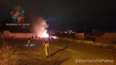 Los bomberos sofocan un fuego en una parcela de Palma
