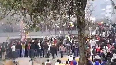 La Policía expulsa de la Asamblea Nacional de Ecuador con gases lacrimógenos a los manifestantes indígenas