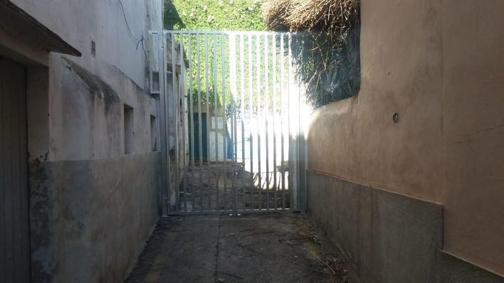 Cort instala una barrera para acabar con el vertido de basura en la calle 122 de El Terreno