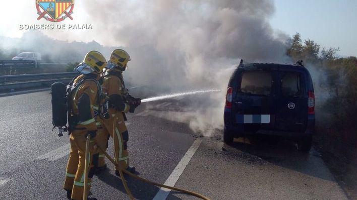 Arde un coche en la Autopista de Llevant