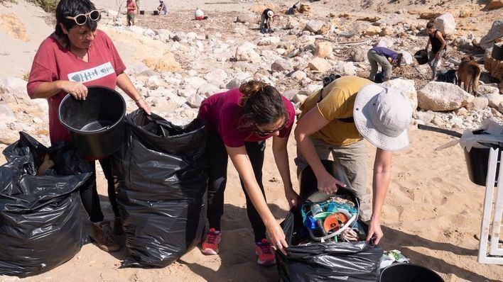 Voluntarios del Gob recogen 120 kilos de plásticos en playas de Artà