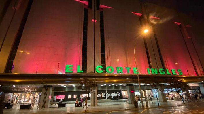 El Corte Inglés de Avenidas ilumina en rosa su fachada contra el Cáncer de Mama