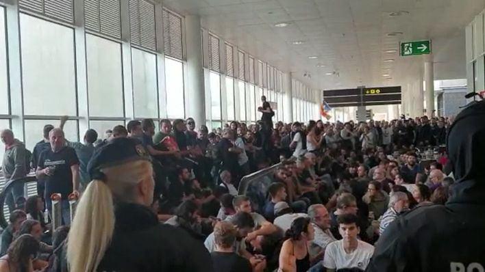 La Generalitat investigará a los Mossos por su actuación en el aeropuerto