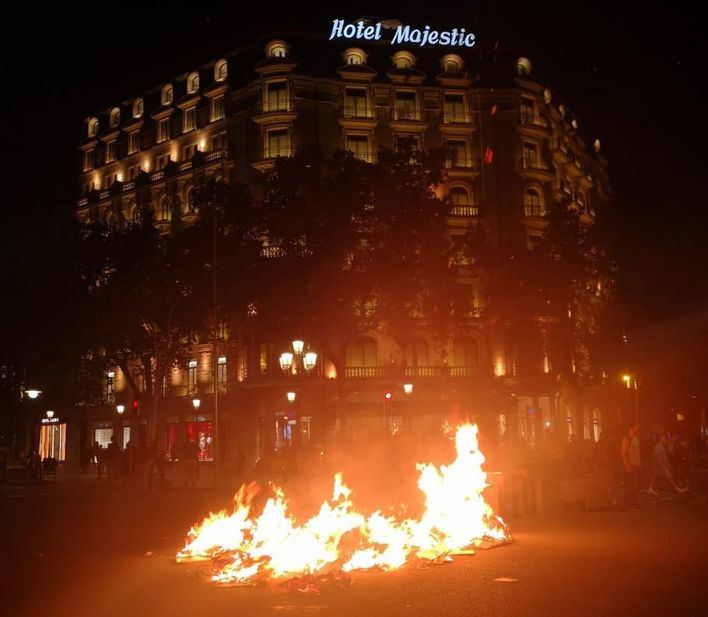 Cargas policiales y contenedores en llamas en el centro de Barcelona
