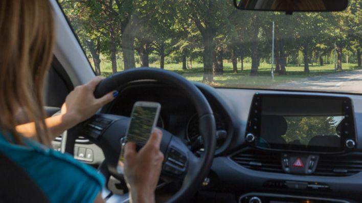 El uso del móvil al volante se debe a un problema de adicción, no de concienciación