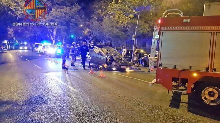 Un conductor ebrio vuelca con su coche en Avenidas