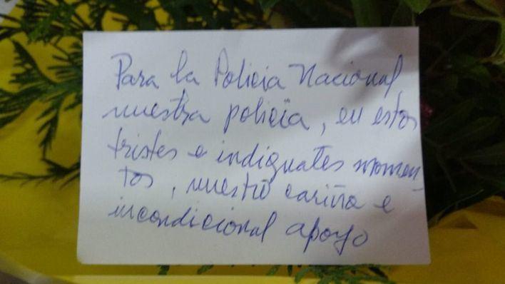Flores para la Policía Nacional en reconocimiento 'a la labor de estos difíciles días'