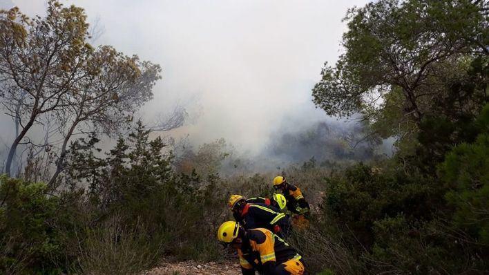 Un incendio forestal obliga a desalojar 14 viviendas en Formentera