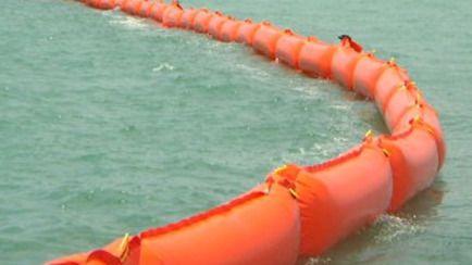 Colocan barreras flotantes en el puerto de Ibiza para evitar nuevos vertidos de fecales