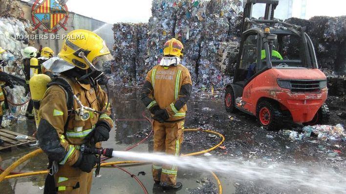 Un incendio destruye una nave de reciclaje de papel en el Polígono de Marratxí