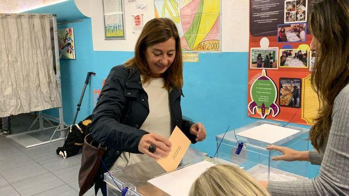 """Armengol anima a ejercer la """"responsabilidad"""" de votar, """"pese a la lluvia"""""""