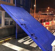 Una furgoneta con 52 migrantes cruza la frontera en Ceuta llevándose por delante la puerta