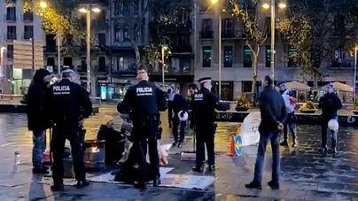 Dos detenidos en el desalojo de plaza Universitat de Barcelona