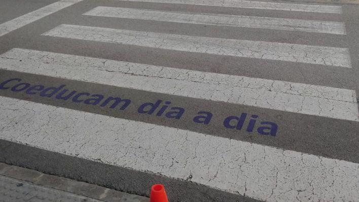 Calvià pinta mensajes a favor de la igualdad de género en los pasos de peatones de sus escuelas
