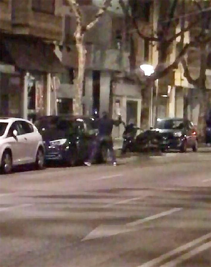 Cazado in fraganti golpeando un coche con una piedra en Palma