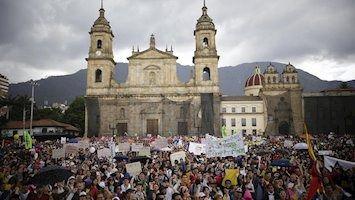 Disturbios y sabotajes obligan a decretar el toque de queda en la capital de Colombia
