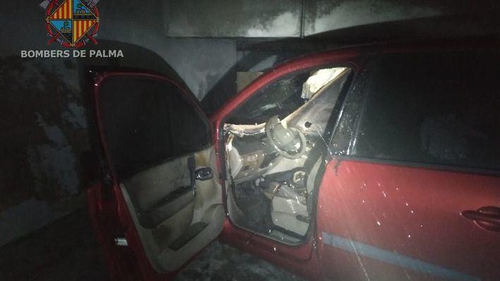 El fuego calcina un vehículo en un parking subterráneo de Palma