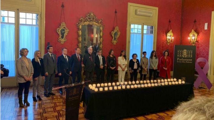Todos los grupos del Parlament encienden velas por las víctimas mortales de la violencia machista