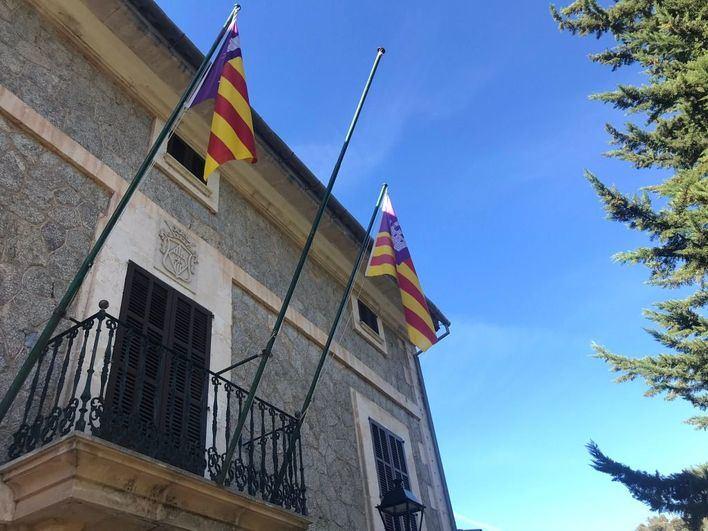 Roban la bandera de España de la fachada del Ayuntamiento de Escorca