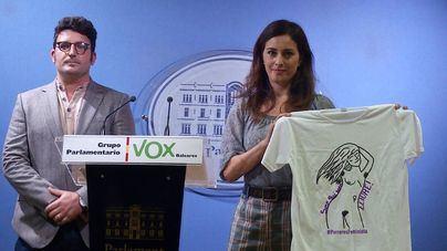 """Vox ve """"adoctrinamiento"""" en el IES de Porreres por repartir camisetas con una mujer desnuda"""