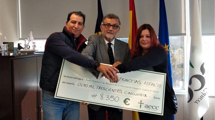 'Princesas del Asfalto' entregan a la AECC lo obtenido en la ruta motera 'Chalecos Rosas'