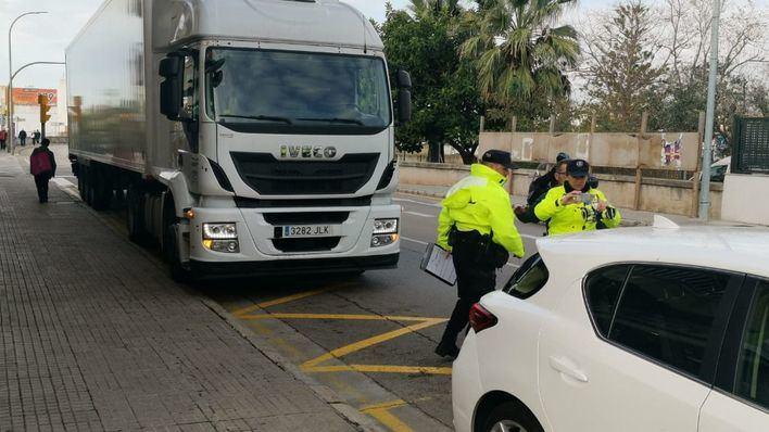 Herido leve en un accidente laboral en Pont d'Inca que coincide con el choque entre un turismo y un camión