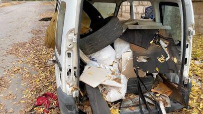Coches abandonados, convertidos en vertederos: el vídeo denuncia de Asima que protagoniza su director general