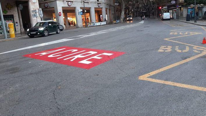 Operarios municipales cierran la calle Unió al tráfico de paso