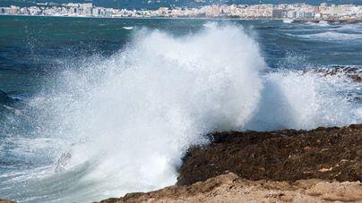 Muere un hombre arrastrado por las olas cuando pescaba en Ibiza