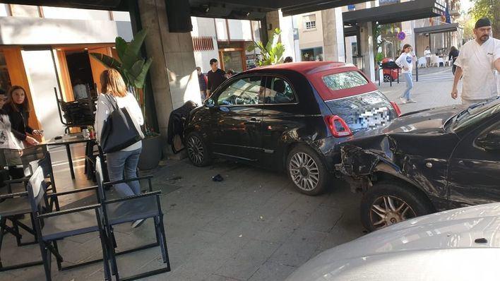 Un coche se empotra contra la terraza de un restaurante en el Paseo Mallorca