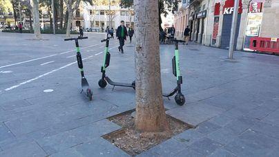 Los discapacitados exigen que los patinetes no puedan aparcar en las aceras