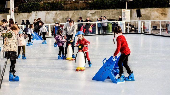 Port Adriano vive la Navidad con una pista de hielo ecológico y un gran tobogán de 30 metros