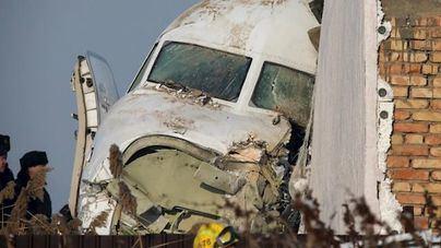 Al menos quince muertos tras estrellarse un avión de pasajeros en Kazajistán