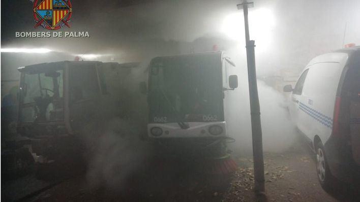 Una máquina barredora de Emaya se prende fuego