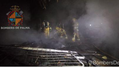 Arden tres viviendas en un asentamiento chabolista de Palma