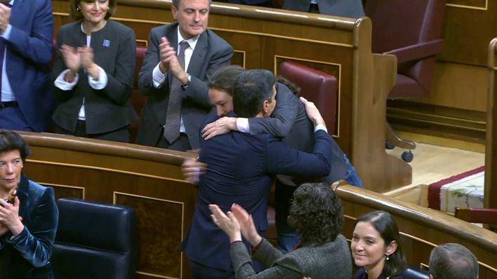 El momento del abrazo entre Sánchez e Iglesias: 'Bien está lo que bien acaba'