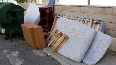 Llucmajor multará con hasta mil euros a quien tire muebles y trastos en la calle