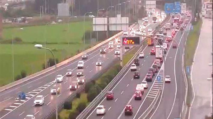 Grandes retenciones en los accesos a Palma por un accidente y un vehículo averiado