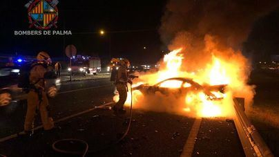 Espectacular incendio de un coche accidentado en la Autopista de Llucmajor