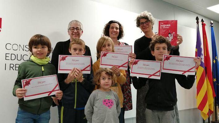 Educació entrega los premios de la campaña 'I tu, jugues en català?'