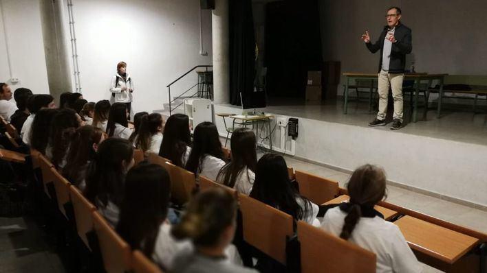 Instante de la charla del doctor Arranz a vecinos de Marratxí, municipio del paciente inglés infectado