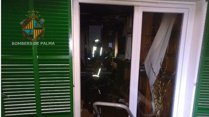 Dos personas intoxicadas en el incendio de un chalé de Playa de Palma