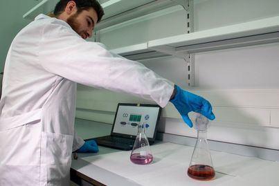 La UIB desarrolla un material capaz de eliminar los microplásticos del mar