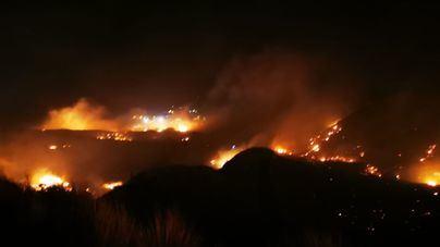 Unas 200 personas permanecen confinadas en una playa por un incendio forestal en Gran Canarias