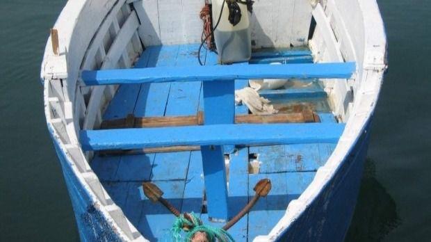 16 migrantes, uno de ellos menor, interceptados en una patera en aguas de Cabrera