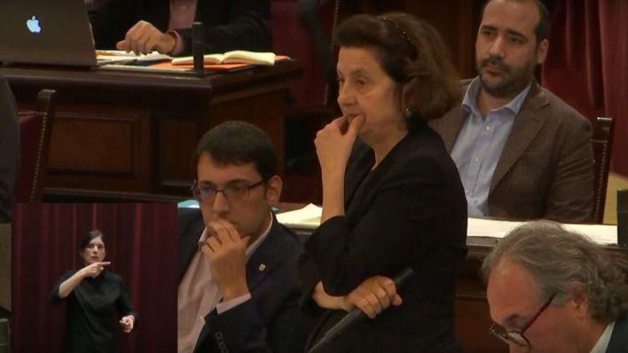 Una mujer, a gritos contra Fina Santiago en el Parlament: 'No quiero niños violados'
