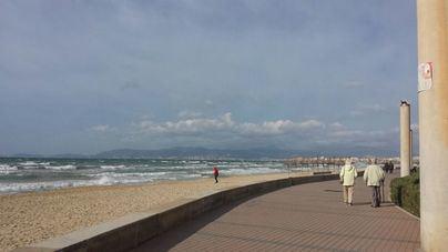 Nubes y rachas de viento fuertes para este domingo en Baleares