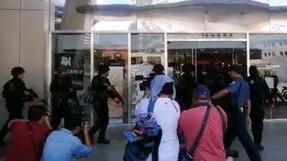 Un ex empleado toma como rehenes a una treintena de personas en un centro comercial de Manila